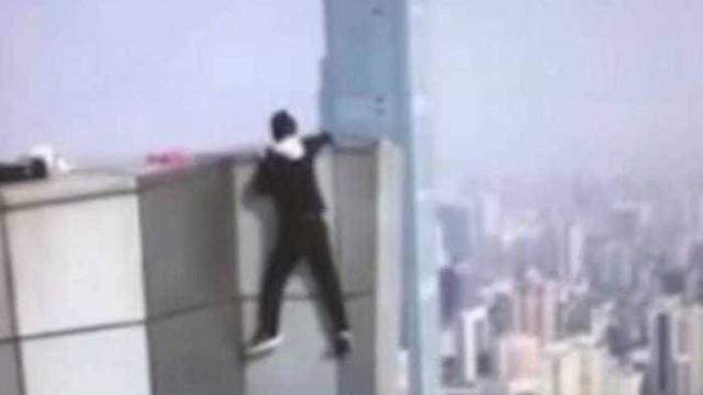 Chinês filma a própria morte ao tentar fazer acrobacia em arranha-céu