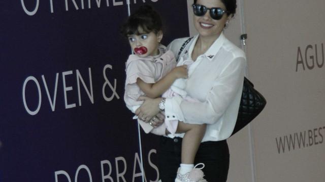 Vanessa Giácomo faz rara aparição com a filha em shopping