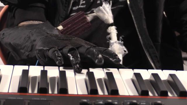 Prótese robótica permite que músico volte a tocar piano
