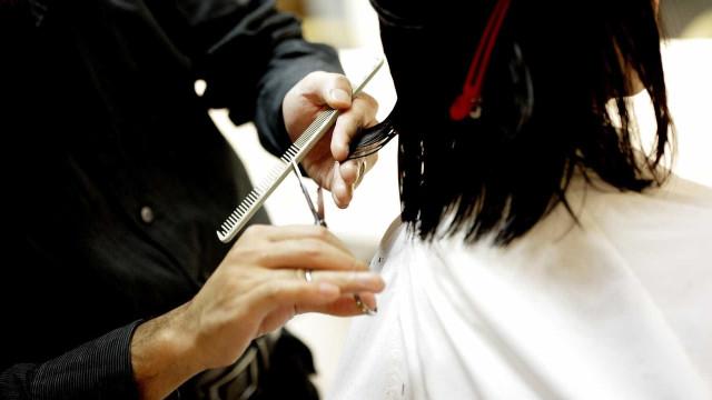 Anvisa proíbe venda de creme para alisar cabelo e produto de limpeza