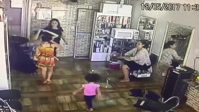 Mãe é presa suspeita de usar filhas de 3 e 10 anos para furtos