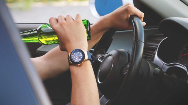 Motorista embriagado atropela três, resiste à prisão e cospe em PMs