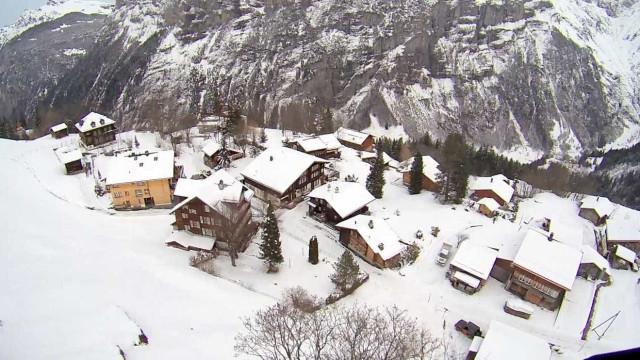 Homem filma voo de parapente com paisagem impressionante na Suíça