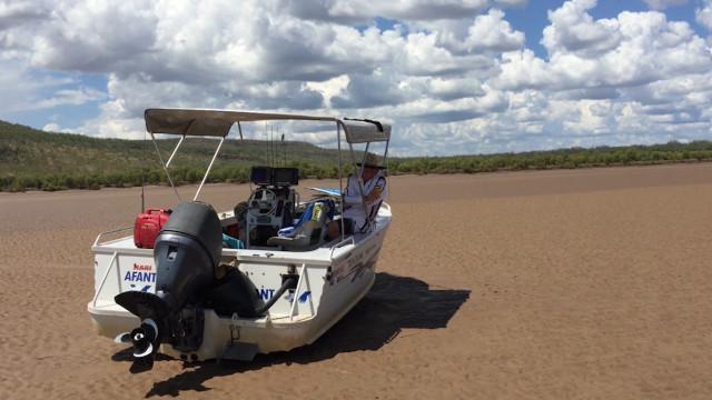 Pescadores ficam encalhados em rio repleto de crocodilos na Austrália