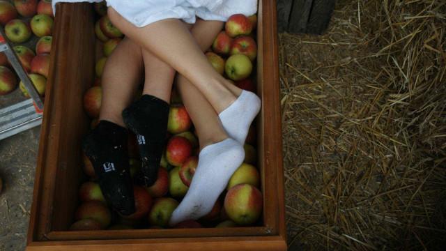 Empresa polonesa lança calendário com modelos nuas em caixões