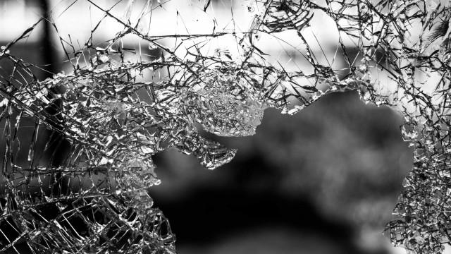 Homem entra por engano em favela, tem carro alvejado e é atingido