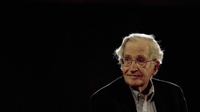 'Políticos usam mídias sociais para o bem e para o mal', diz Chomsky