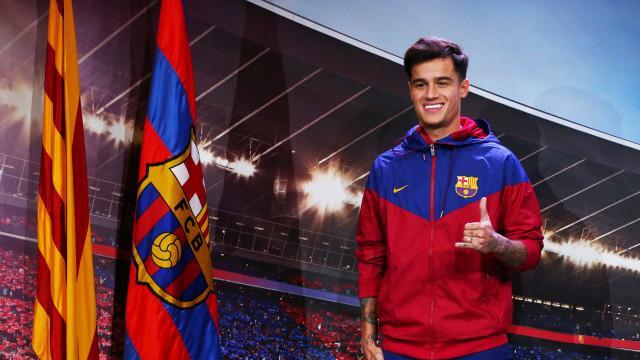 Coutinho posa como jogador do Barcelona pela primeira vez