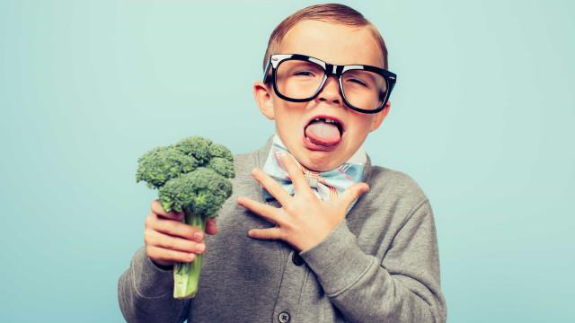 Há uma razão científica para as crianças fugirem correndo dos vegetais