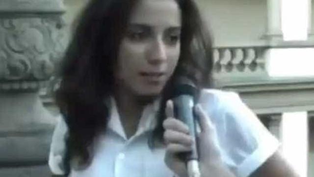 Em vídeo antigo, Anitta aparece dando entrevista na época da escola