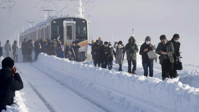 Japão: neve faz centenas de pessoas ficarem presas em trem
