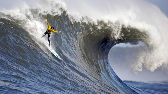 Drone capta surfistas nas ondas assustadoras da Nazaré