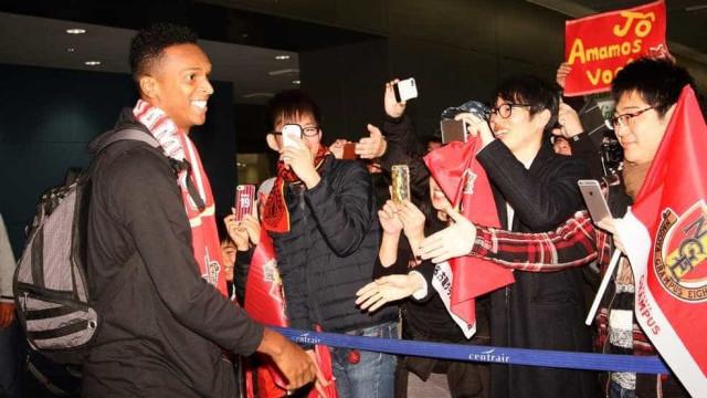 Jô chega ao Japão e fala em retorno à seleção