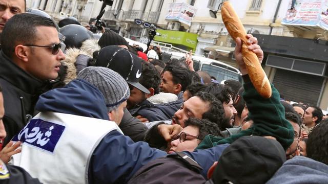 Protestos na Tunísia já somam quase 800 presos