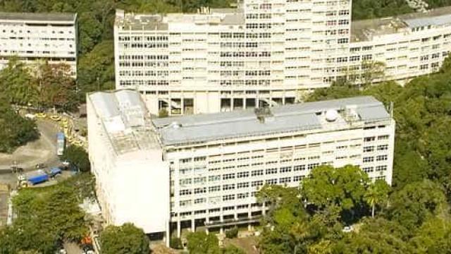 Mulher é atingida por bala perdida dentro de campus da PUC-Rio