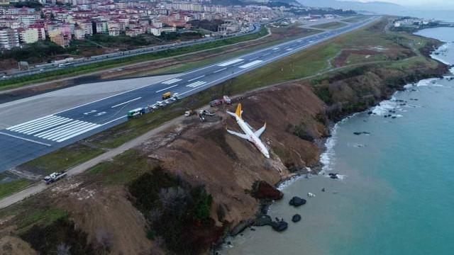 Impressionante: avião derrapa na decida e cai em barranco na Turquia