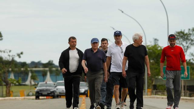 De roupas esportivas, Temer vai a pé para reunião com ministros