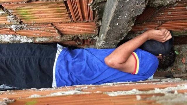 Jovem fica entalado em muro após ameaçar avó e tentar fugir de PMs