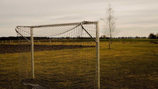 Criança morre após ser trave de gol cair durante torneio estudantil
