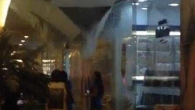 Parte de teto de shopping desaba após temporal no RJ; veja