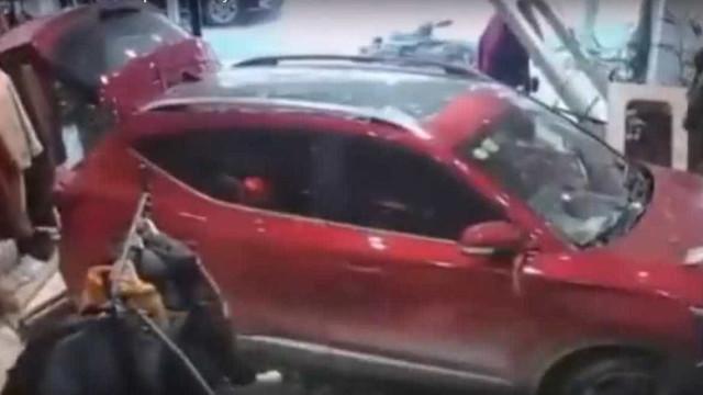 Carro em alta velocidade invade loja e atinge funcionária na China
