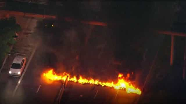 Ato bloqueia pista central da Radial Leste com barricada de fogo