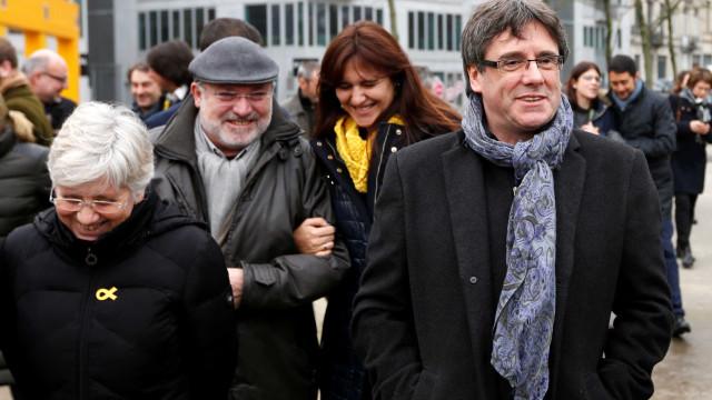 Mesmo sob ameaça de Madri, Puigdemont jura como deputado