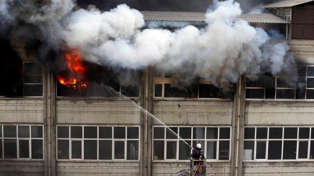 Em vídeo dramático, bombeiro salva criança de incêndio nos EUA