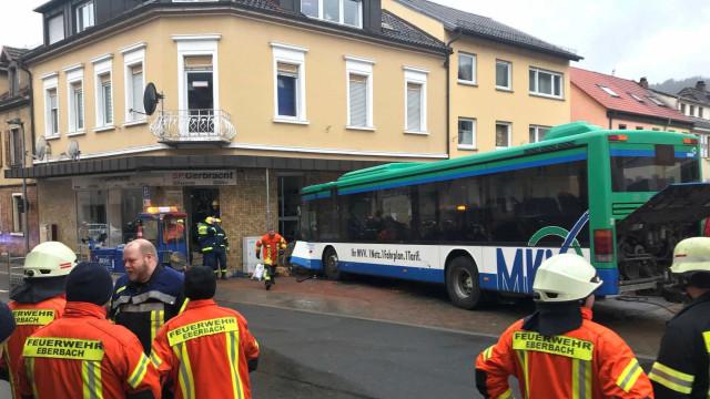 Acidente com ônibus escolar deixa dezenas de feridos na Alemanha