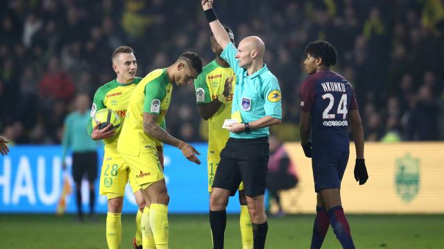 Brasileiro desculpa árbitro após lance 'bizarro'