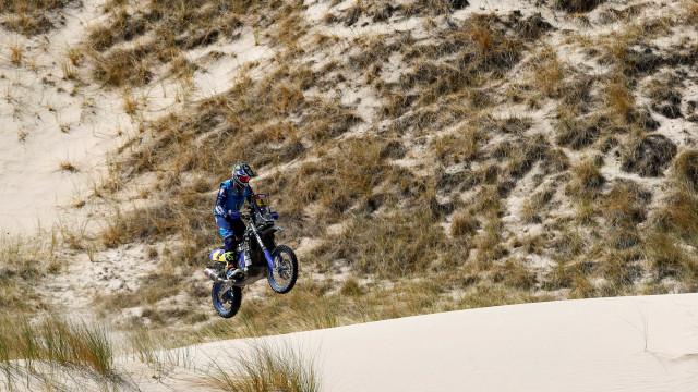 Piloto deixa Rally Dakar depois de sofrer grave acidente de moto; vídeo