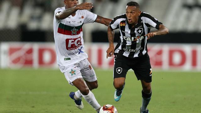 Botafogo marca no fim, mas só empata na estreia no Carioca