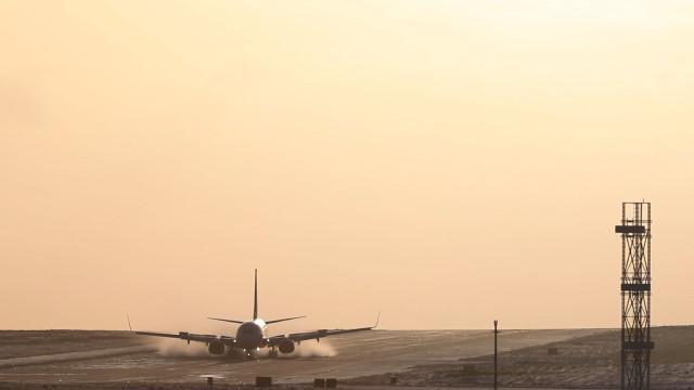 Avião faz aterrissagem dramática na lama em aeroporto na Inglaterra