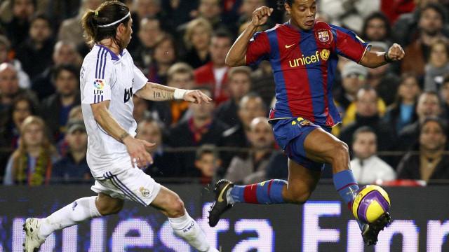 Barcelona presta homenagem a Ronaldinho Gaúcho