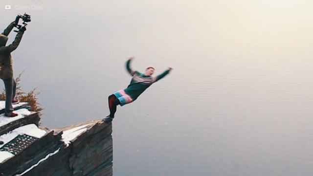 Salto corajoso a 30 metros de altura sobre as águas geladas dos EUA