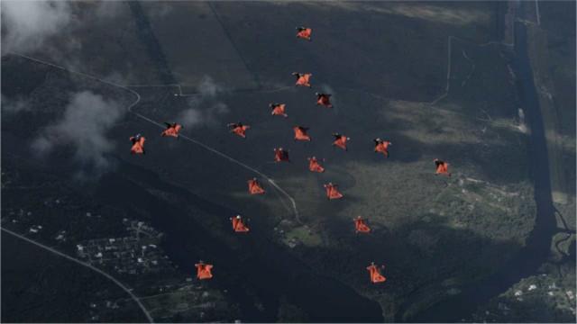 Paraquedistas veteranos executam coreografia no ar