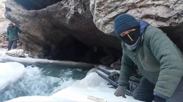Arrepiante travessia de um rio a mais de 3km de altitude