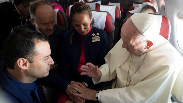 Papa celebra casamento durante viagem de avião