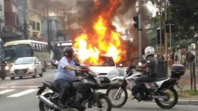 Travestis são insultadas e colocam fogo em carro no Litoral de SP
