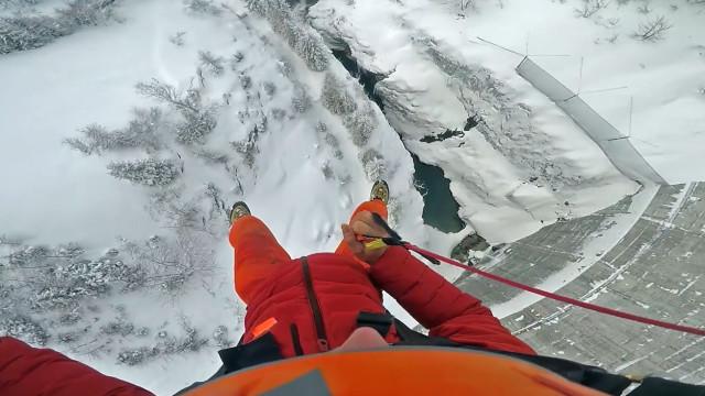 Salto incrível sobre barragem congelada nos Alpes Franceses