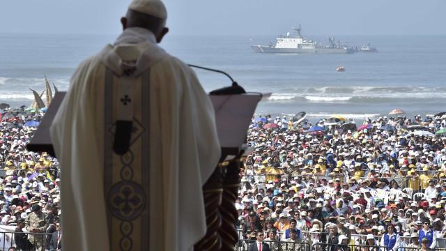 Papa reza missa para 200 mil pessoas em cidade atingida por 'El Niño'