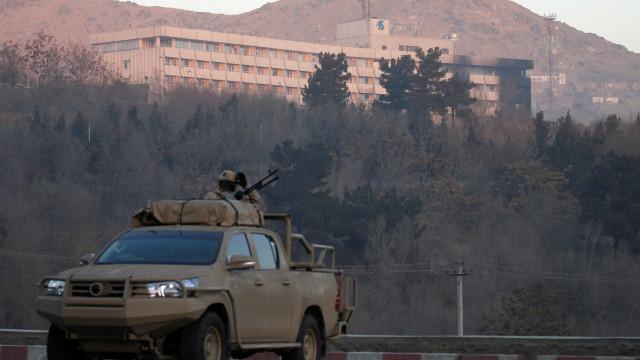 Com 6 mortes, termina ataque a hotel em Cabul; talibãs assumem autoria