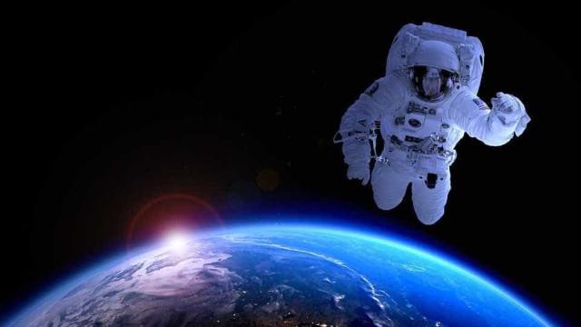 Cosmonauta voa pela estação espacial em cima de aspirador