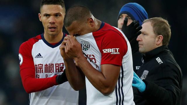 Imagens fortes: jogador quebra a perna durante jogo, e rival chora