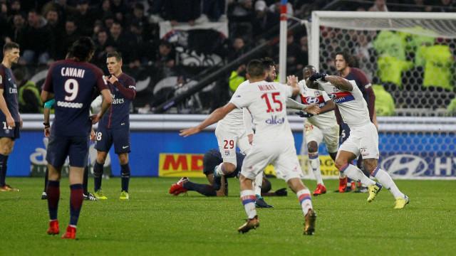 Sem Neymar e com Daniel Alves expulso, PSG perde para o Lyon