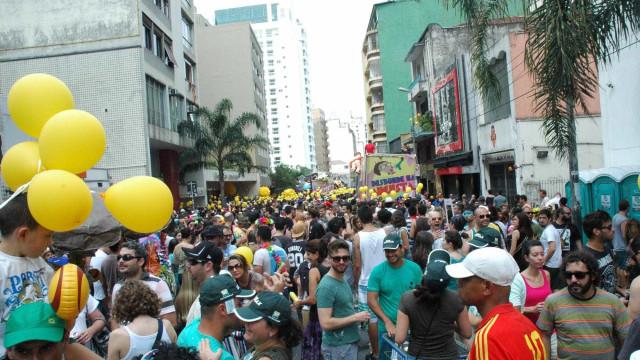 Sob chuva, Acadêmicos do Baixo Augusta atrai 10 mil em São Paulo