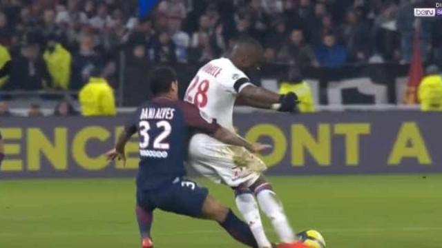 Clássico ferveu: Dani Alves deixa campo irritado após expulsão