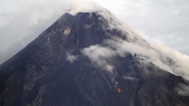 Filipinas estão em alerta para eventual erupção de vulcão Mayon