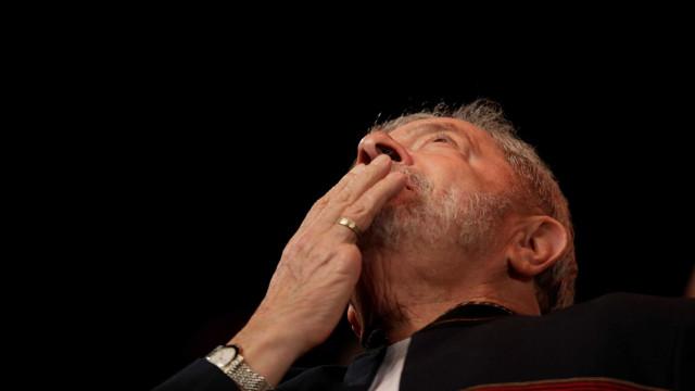 Preso, Lula quer de volta benefícios de ex-presidente