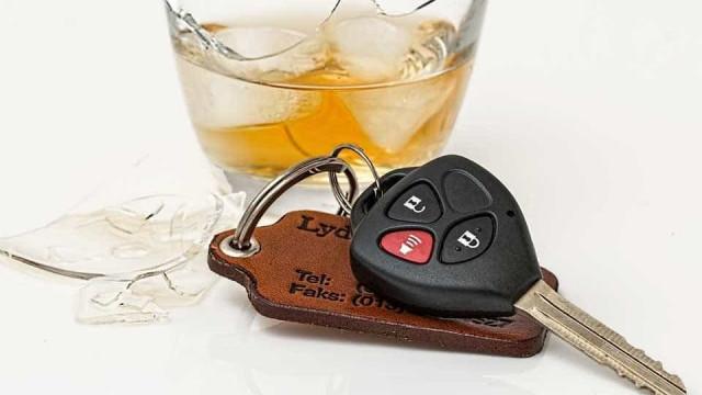 Mulher bêbada é presa por causar acidente e explica: 'país imprudente'